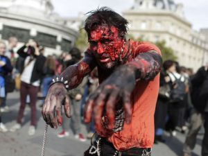 Paris'te 'yaşayan ölüler' geçidi