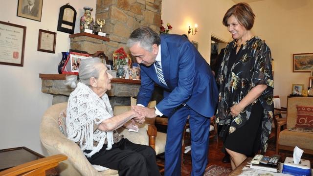 Cumhurbaşkanı Akıncı ve Eşi, Türkan Aziz'i ziyaret etti