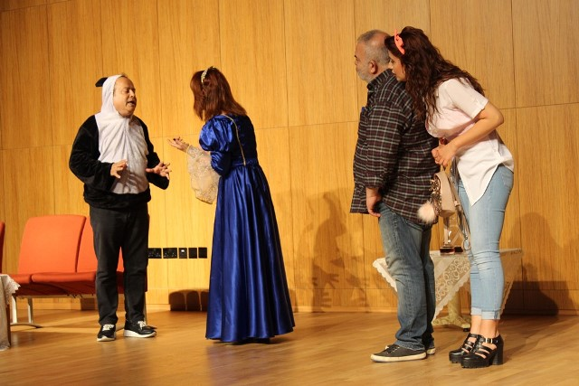 """""""Vay Sen Misin Ben Olan"""" isimli tiyatro oyununu LAÜ'de sahneledi"""