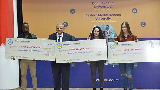 DAÜ'den başarılı öğrencilerine nakdi çek ödülü