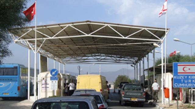 Metehan'da arabanın bagajında ülkeye girmeye çalışan 2 kişi ve araç sürücüsü tutuklandı.