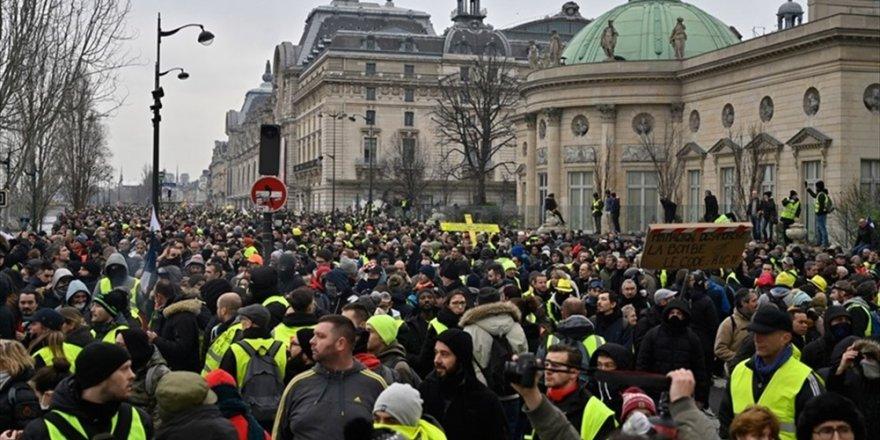 Fransa'da sarı yelekliler, gösterilerin 13'üncü haftasında sokaklarda