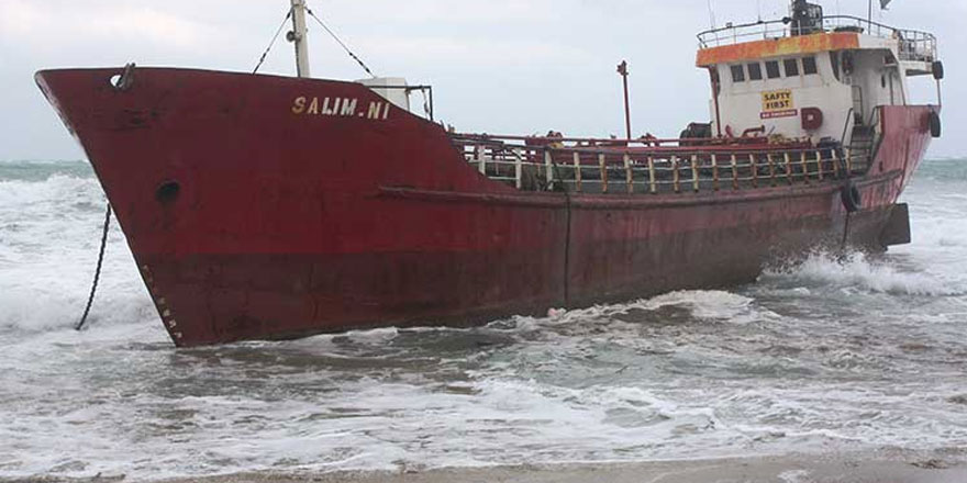Fırtına, koca gemiyi sürükledi