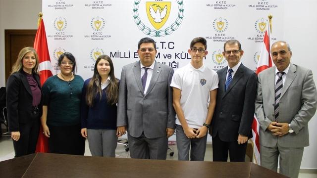Berova IGCSE sınavında dünya birincisi olan Paylaş Ulual ve Olgun Paşalar'ı kabul etti