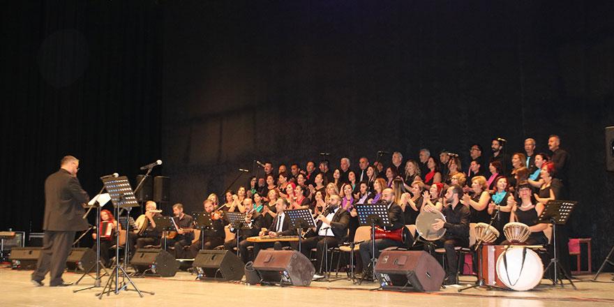 Gazimağusa belediyesi türk müziği korosu Yıldırım Gürses şarkılarıyla sahnede