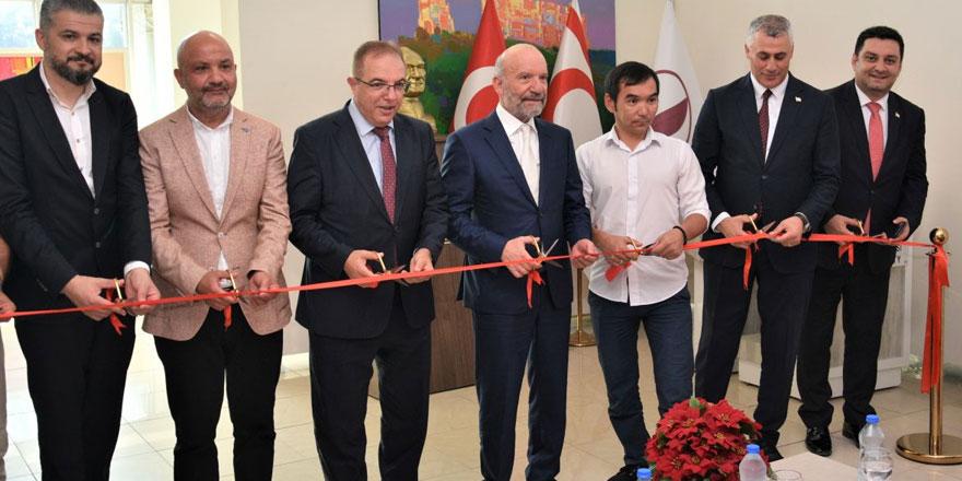 Sharshekeev'ın Kıbrıs Modern Sanat Müzesi için hazırladığı resim sergisi  Amcaoğlu tarafından açıldı