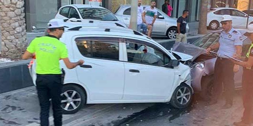 iki araç kafa kafaya çarpıştı