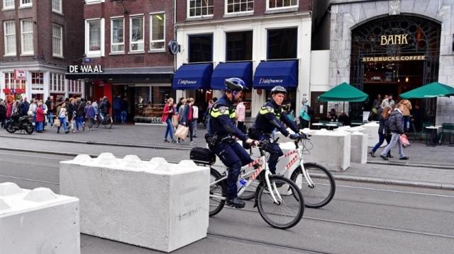Amsterdam'da meydanlara güvenlik önlemi olarak beton bloklar yerleştirildi