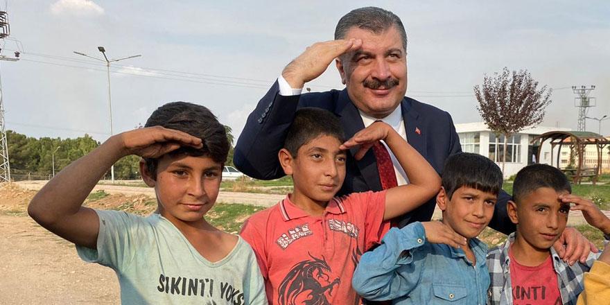 Çocuklarla asker selamı verdi