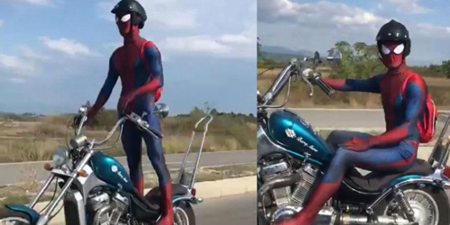 Karayolundaki motosikletli 'örümcek adam' görenleri şaşırttı