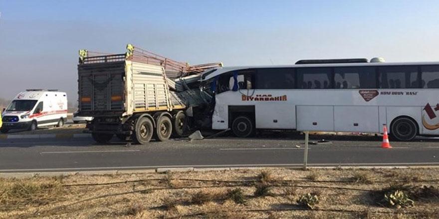 Yolcu otobüsü TIR'a çarptı: 2 ölü, 22 yaralı