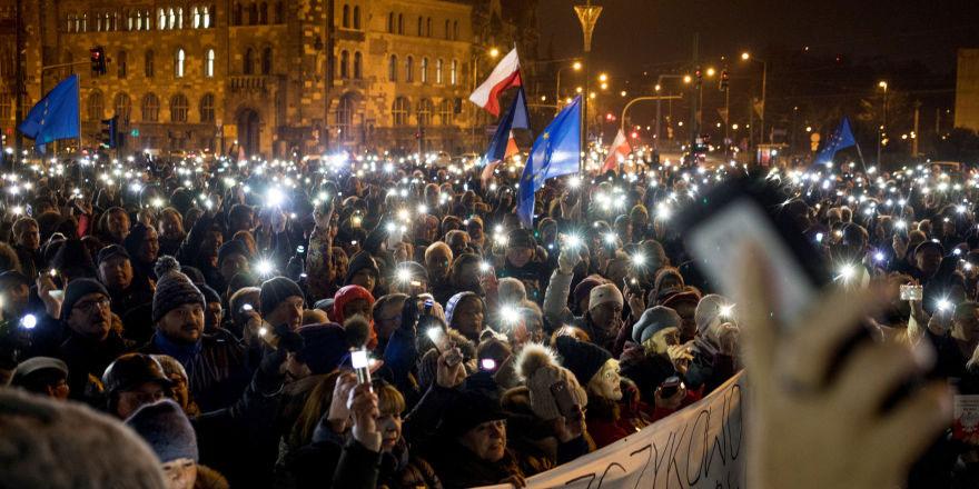 Polonya'da binlerce kişi yargıçlara destek vermek için sokağa çıktı