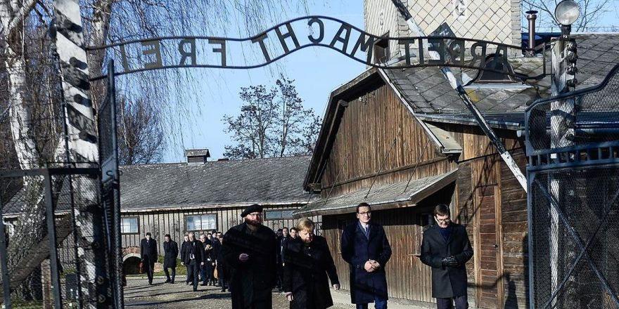 Merkel'den tarihi ziyaret!