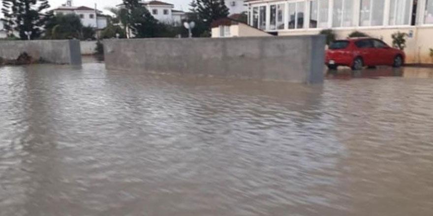 İskele'de ev ve işyerleri sular altında