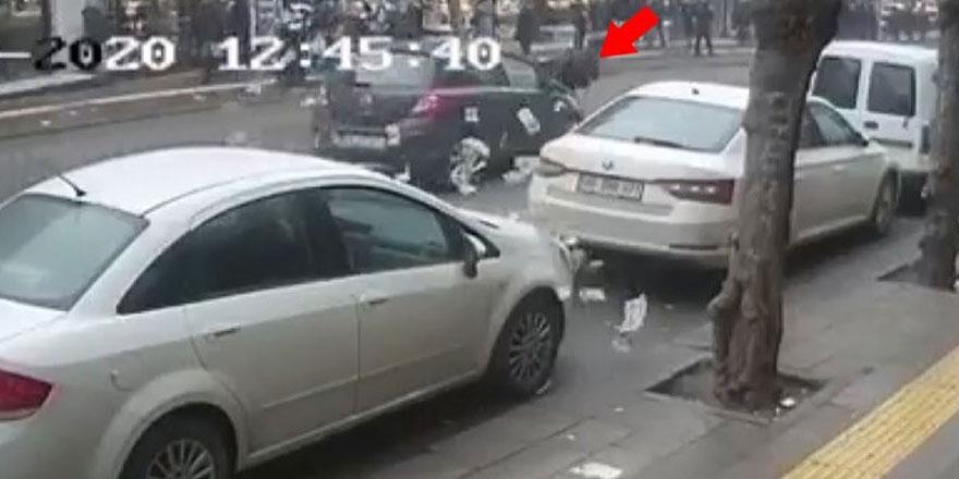 Döviz bürosu çıkışında otomobil çarptı, paralar havaya uçtu