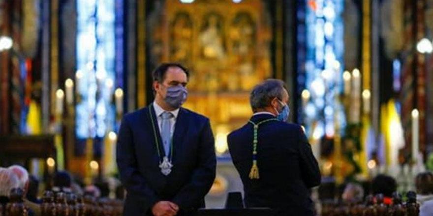 California'da papazlar valiliğe rağmen ay sonu kiliseleri açmak istiyor