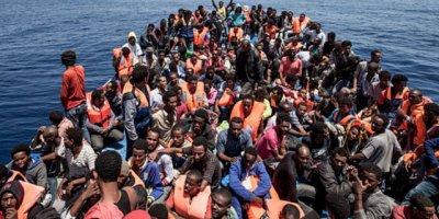 İtalya ve Malta'nın reddettiği mülteciler Akdeniz ortasında mahsur